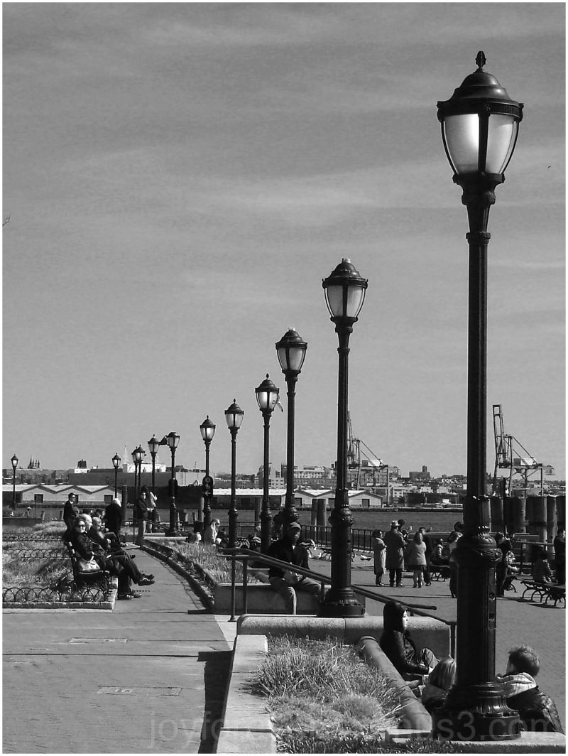 battery park lamp post black white New York USA