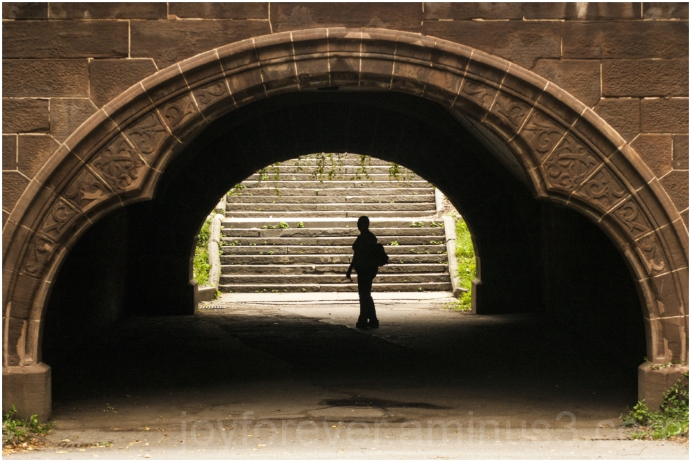 Central-Park New-York girl silhouette bridge arch