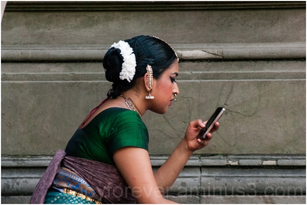 girl woman Indian dancer smartphone Central-Park