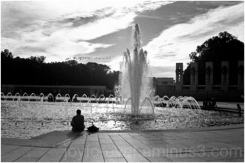 WWII-Memorial Washington DC B&W film fountain