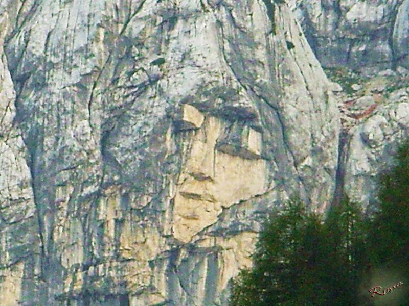 Un viso nella roccia