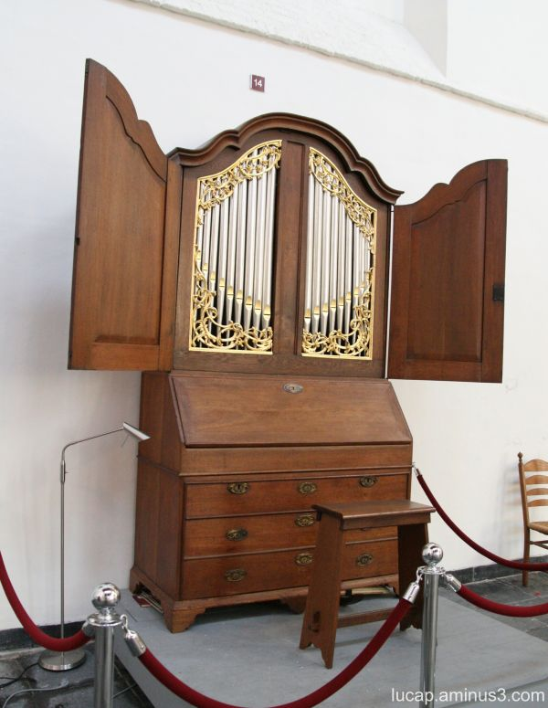 The Portable Organ (looks like it might fly away)