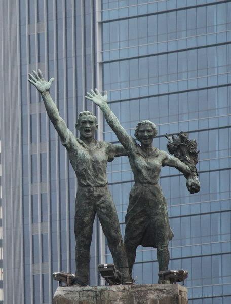 """Statue of """"welcome"""" in Bunderan HI Jakarta"""