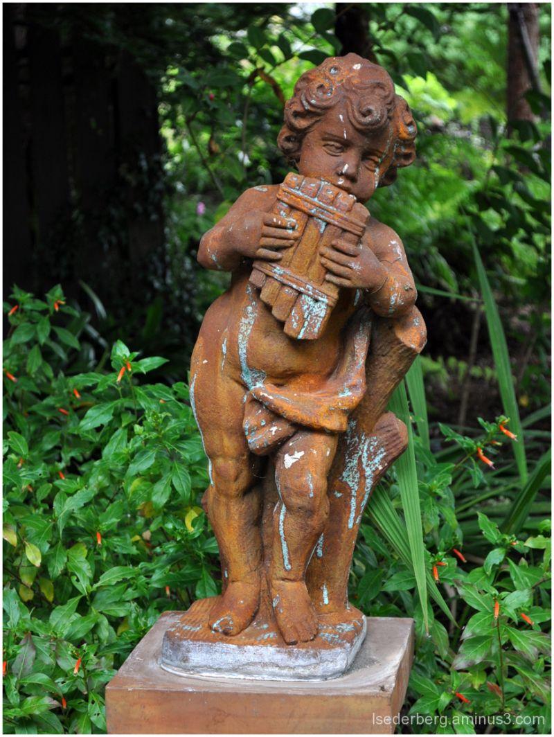 Cambria: statue