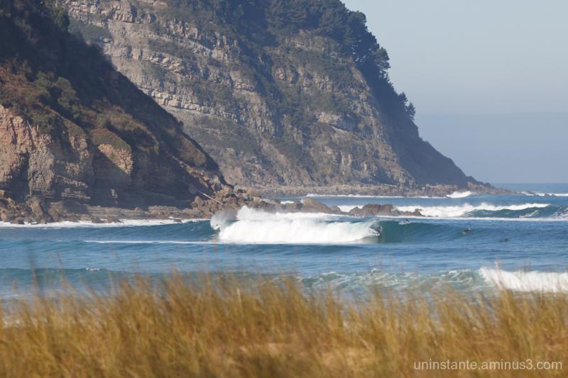 Surfista entubando en la barra de Rodiles