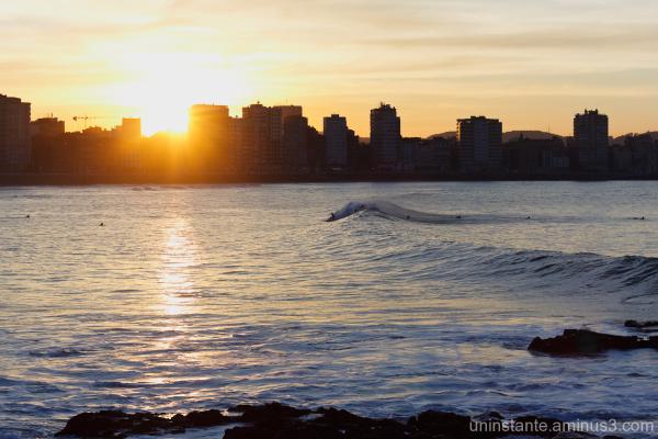 Surfeando las últimas luces del día en Gijon