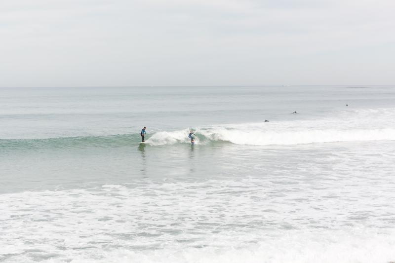 Lecciones de surf en ola tablonera en Gijon