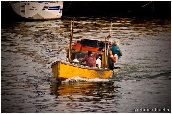 Lancha de pesca artesanal ingresando a puerto