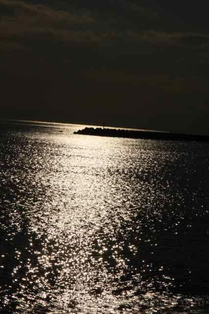 海に反射する太陽光