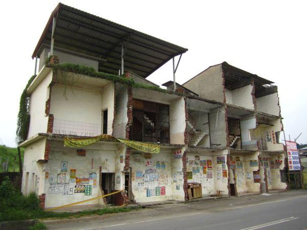 道路の部分だけ取り壊されたアパート