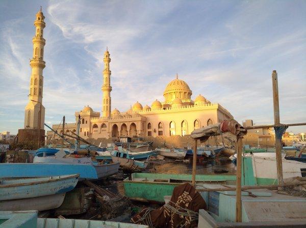 vue d'une mosquée et du port