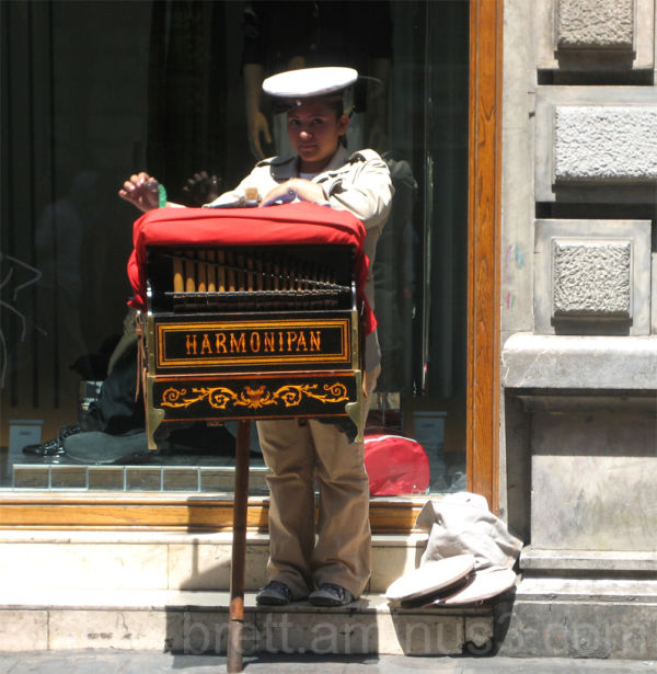 Female Cilinder Grinder in Downtown Mexico City