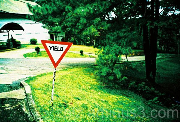a yield sign at the intersection