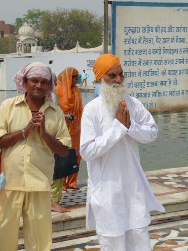 two sikhs in the temple of Gurudwara Sis Ganj