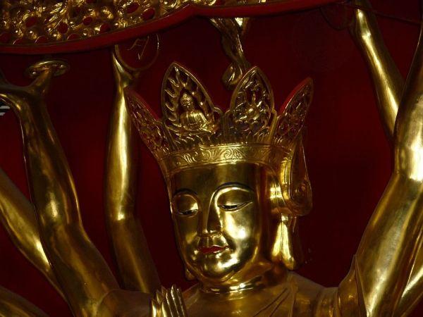 une statue de Bouddha dans un temple de Kunming