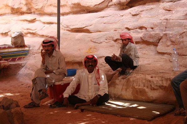 un groupe de bédouins dans le Wadi Rum