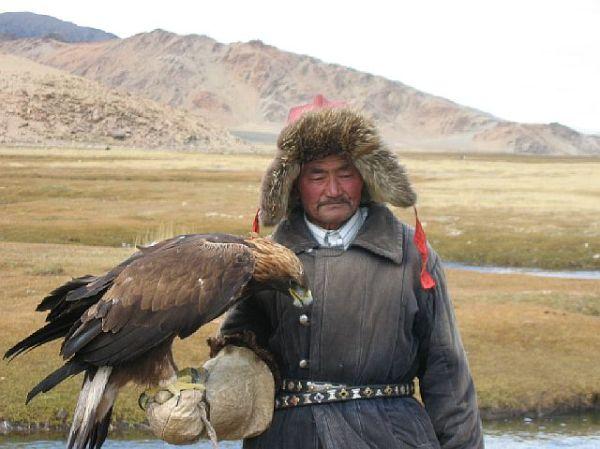 un éleveur d'aigle; eagle breeder in Mongolia