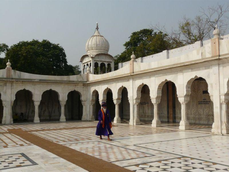 temple sikh Gurudwara sis Ganj; entrance