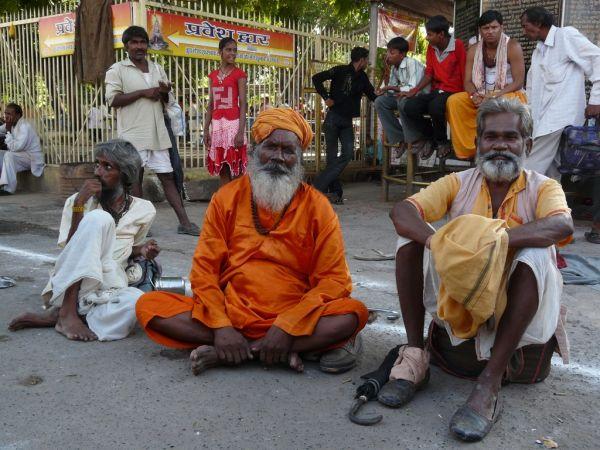 des fidèles en pleine discussion devant le temple