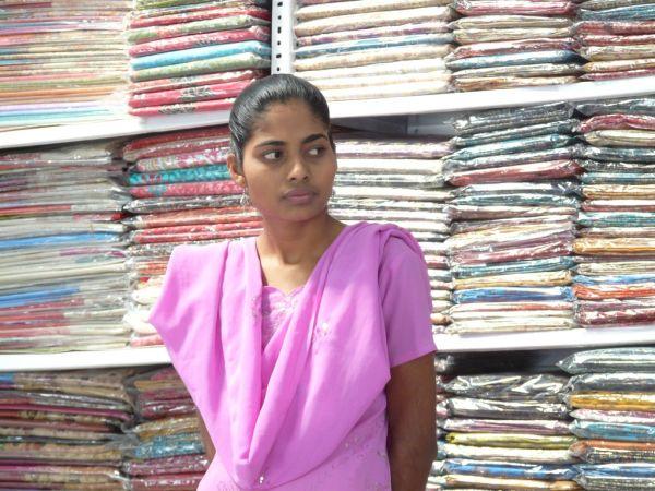 vendeuse de sarees très souriante