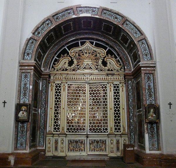 l'entrée d'une petite chapelle