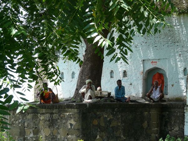 fidèles devant un petit temple