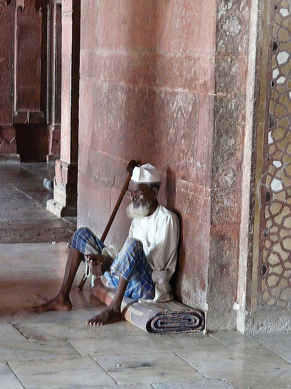 un fidèle se repose dans l'enceinte de la mosquee