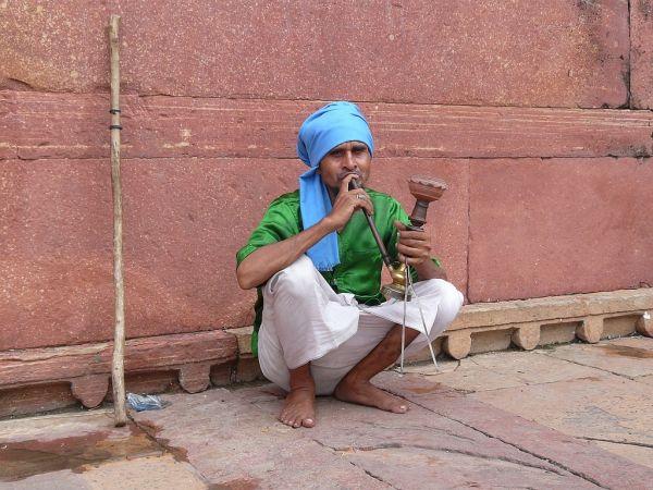 fumeur de narguilé dans une mosquée