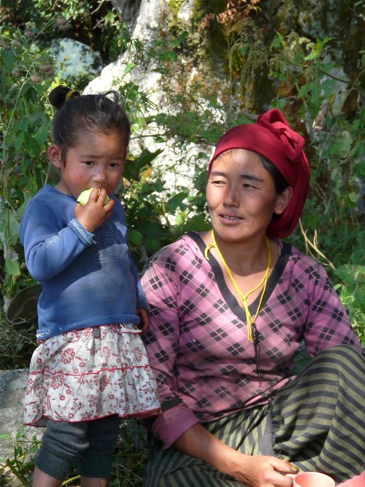 une villageoise et son enfant