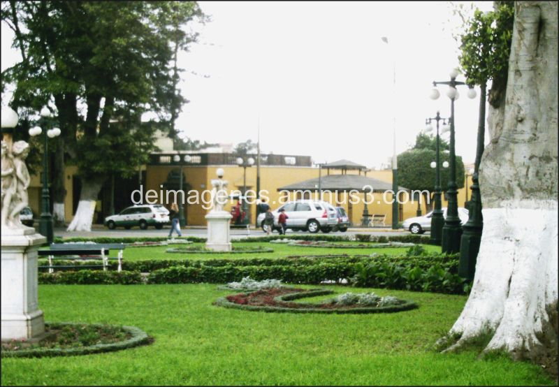 Otra vista de la plaza de Barranco - Lima, Perú.