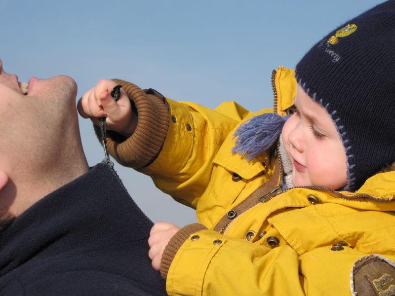 enfant ferme veste à son papa