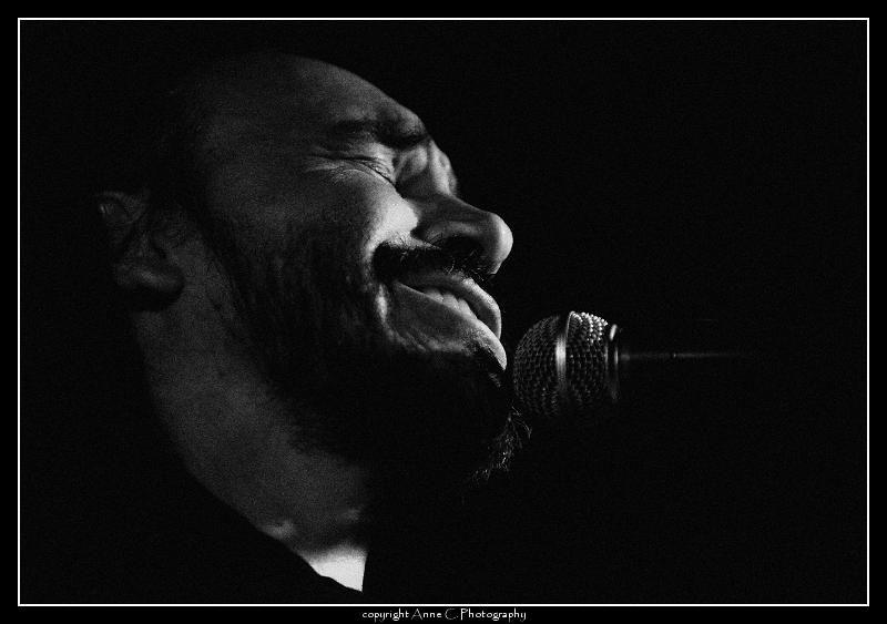 Minino Garay, Chat Noir, N/B, scène, musique, live