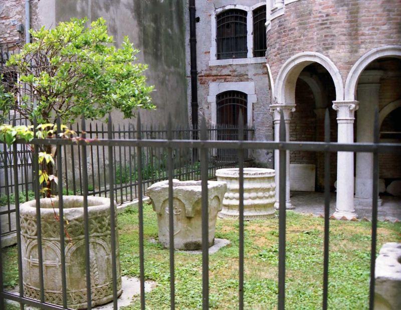 Margelles anciennes de puits vénitiens