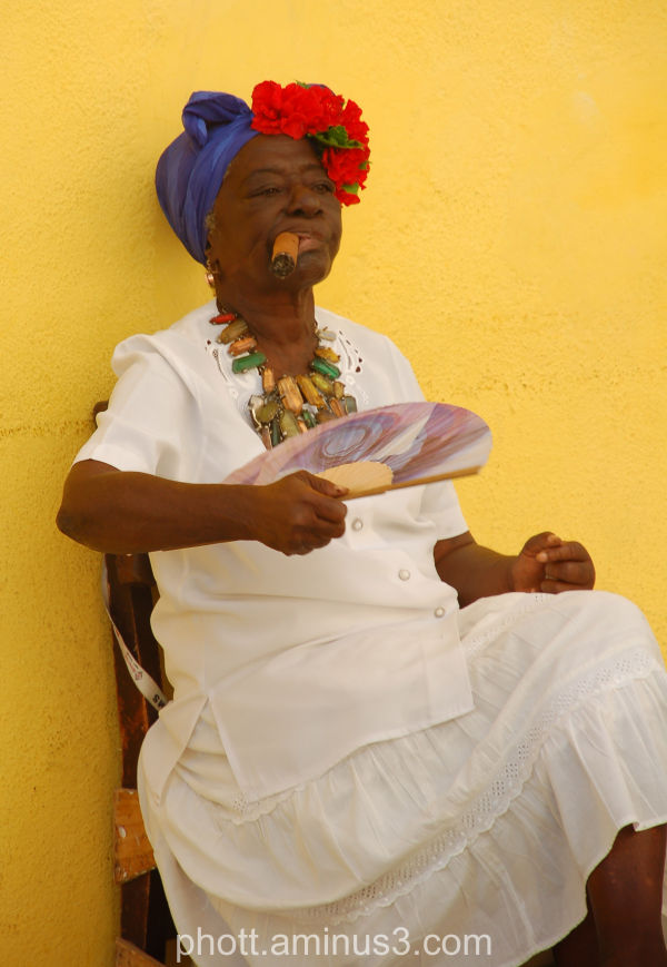 Una Senora con un cigarro