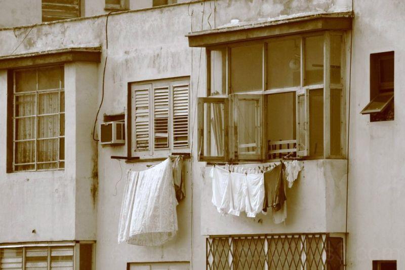 Ropa secandose en la ventana