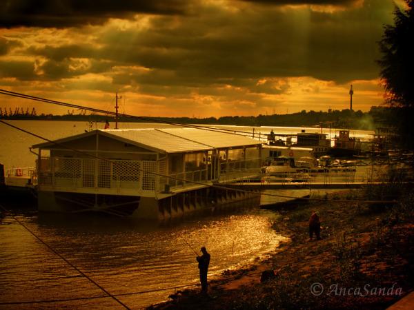 Apus de soare la un mal de Dunăre