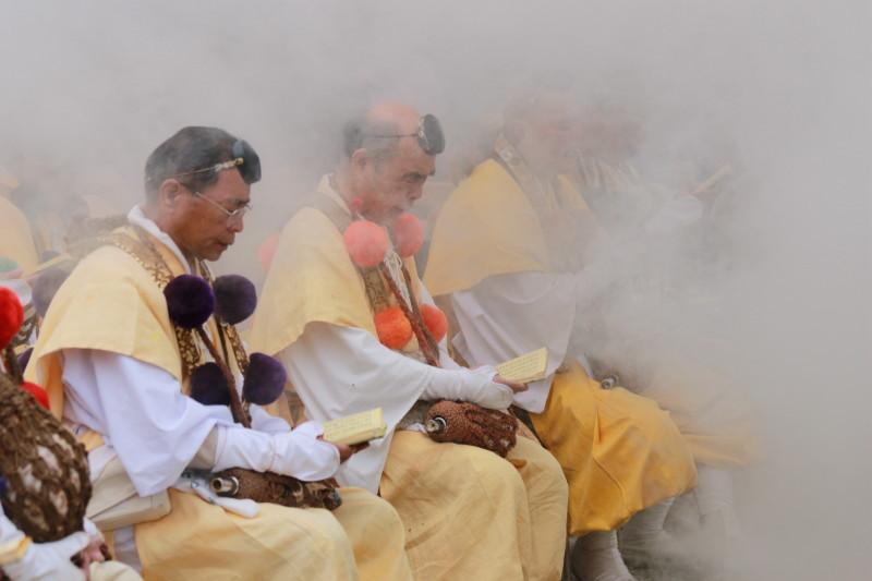 Chant in smoke