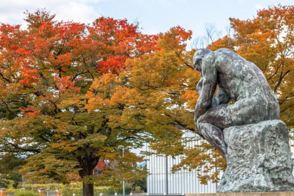 Le Penseur and autumn leaves