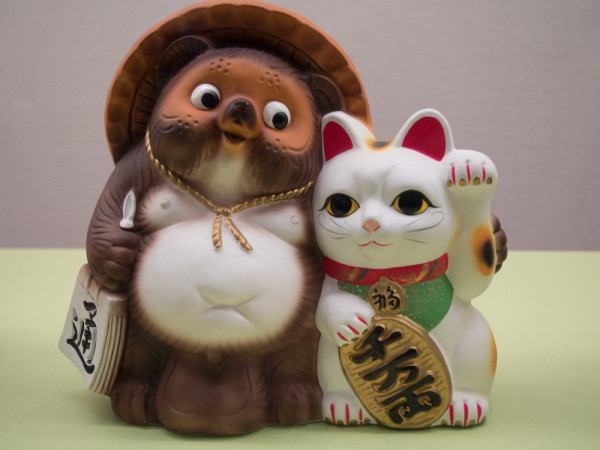 Let the cat and the raccoon dog beckon happiness !