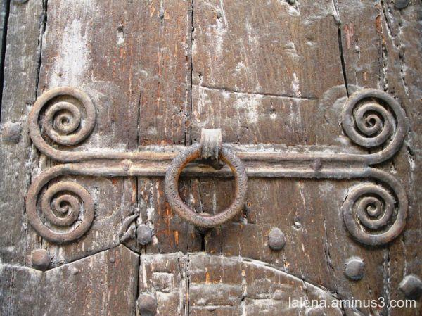 Detall  porta baixada del monestir