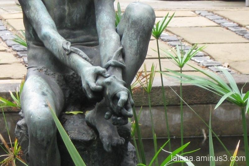 Detall escultòric a les Drassanes. Nen amb pop