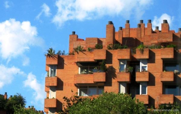 Edifici en color totxana