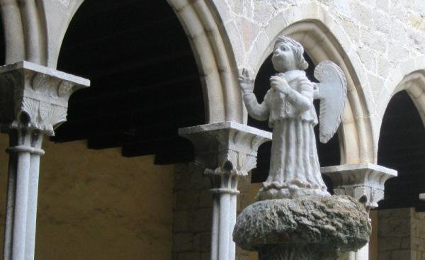 PEtit àngel al pou del claustre