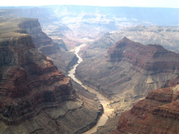 Riu colorado al seu pas pel Grand Canyon