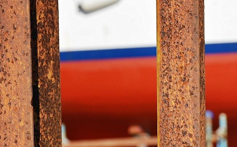 Tros de barca darrere bigues rovellades