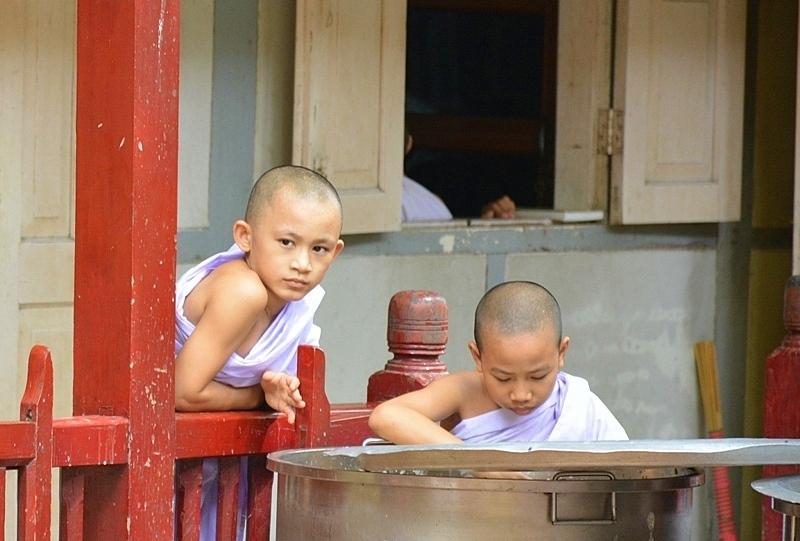 Joves monjos remenant l'olla d'arròs