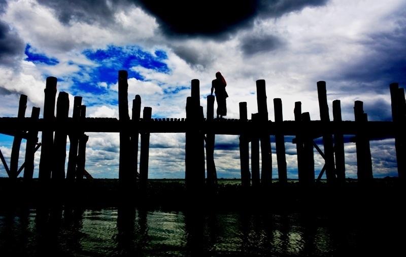 Silueta sobre el pont de  U-Bein