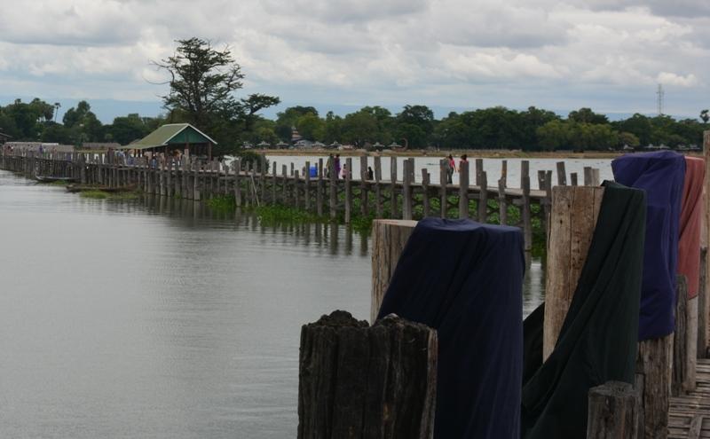 Túniques assecant-se al pont de teka U- Bein