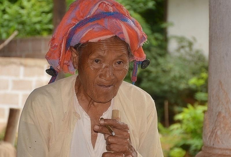 Dona amb cigarreta