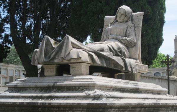 Dins el cementiri del Poble Nou 1